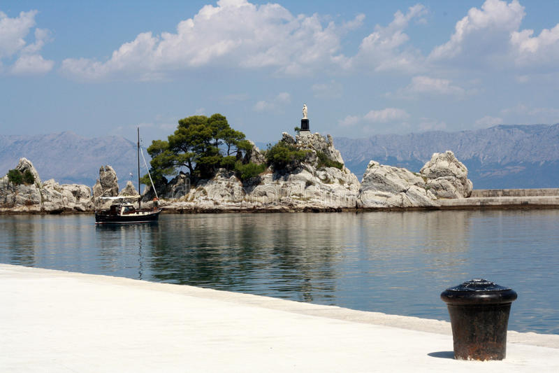 Küste in Trpani in Kroatien lizenzfreie stockfotografie