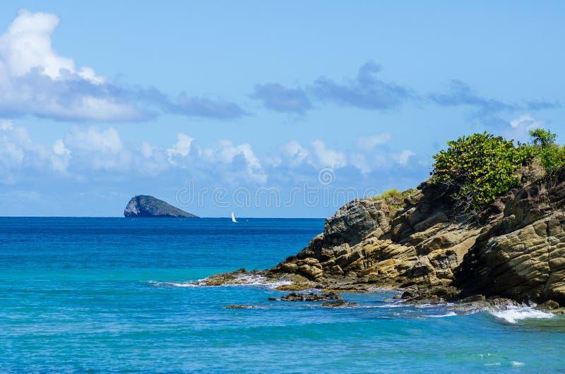 Küste von Basis-terreinsel, einziges Segelboot im Hintergrund stockfoto