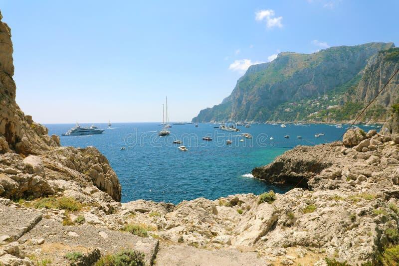 Küste von Capri-Insel mit Yachten an einem schönen Sommertag, Italien lizenzfreie stockfotos