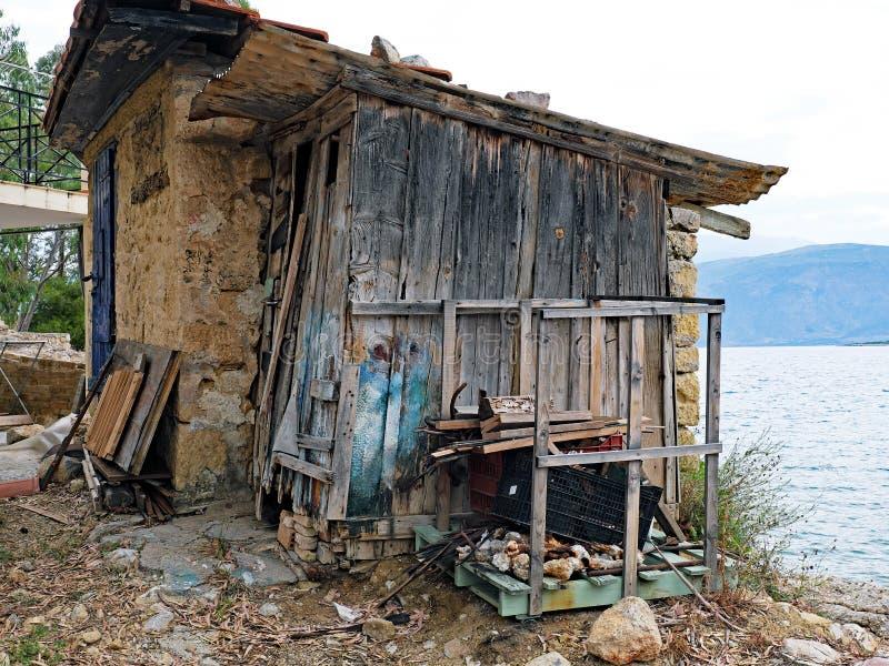 Küsten-Bretterbude, Stein, Schlamm und altes Holz, Griechenland lizenzfreie stockfotos
