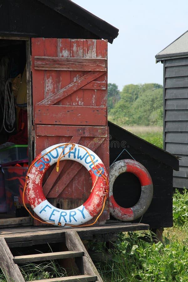 Küsten-Kabine mit Liferings lizenzfreie stockfotografie