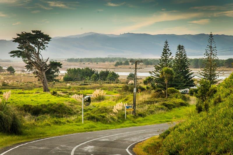 Küsten-, ländliche Landschaftsszene mit Straße, Mahia-Halbinsel, Ostküste, Nordinsel, Neuseeland lizenzfreies stockbild