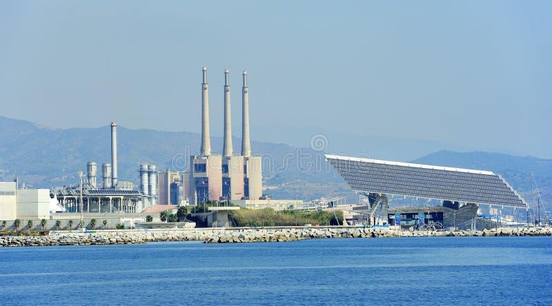 Sonnenkollektor an Barcelona-Forum und Central Termica Del Besos lizenzfreie stockfotos