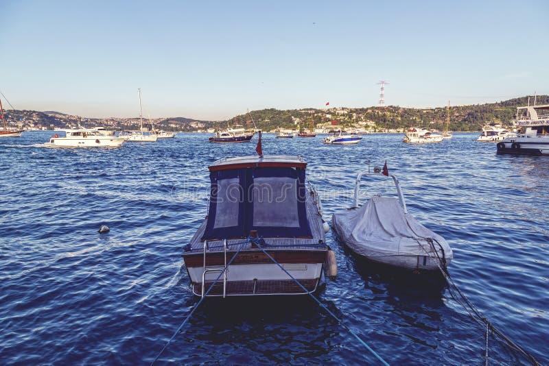 Küstenansicht von Bebek-Bezirk durch das Bosphorus, Istanbul stockfotografie