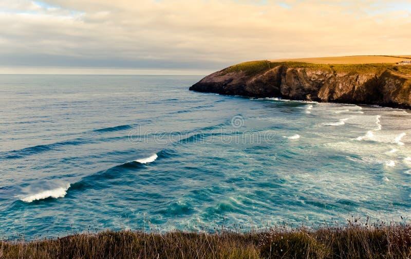 Küstenansicht von Strand Mawgan Porth lizenzfreie stockfotografie