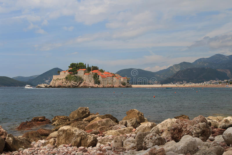 Küstenflusssteinnahaufnahme auf einem Hintergrund des Sveti Stefan stockfotos
