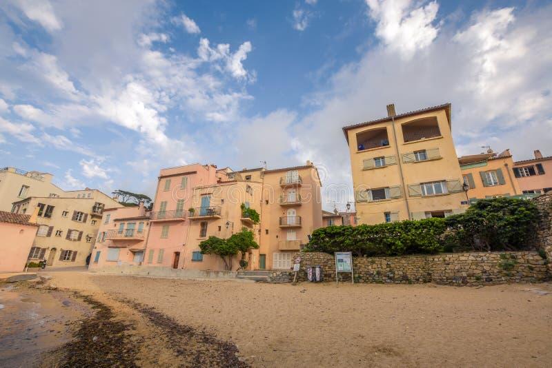 Küstenhäuser in St Tropez lizenzfreie stockbilder