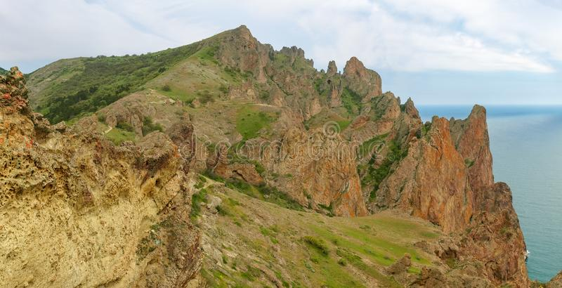 Küstenklippen des vulkanischen Ursprung über dem Meer lizenzfreies stockfoto