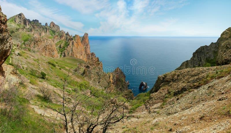 Küstenklippen des vulkanischen Ursprung über dem Meer stockbild
