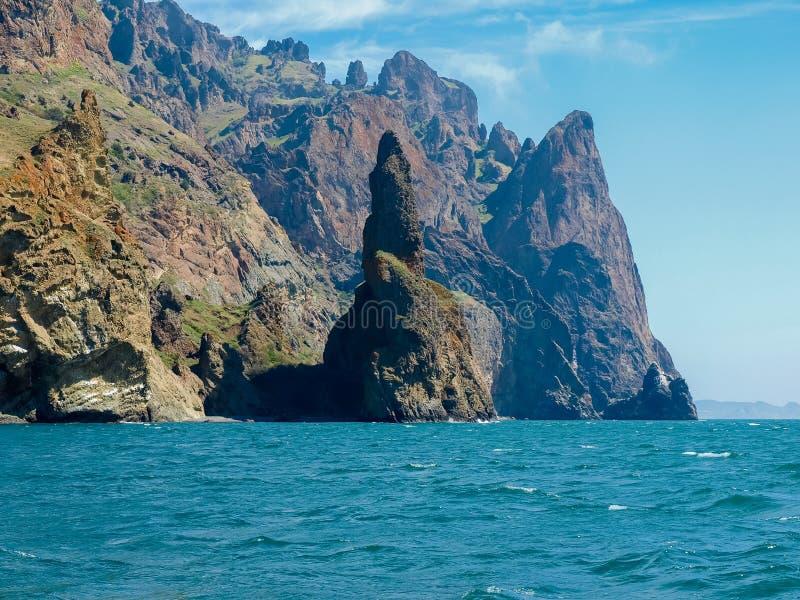 Küstenklippen des vulkanischen Ursprung auf Meer gegen Himmel stockfoto