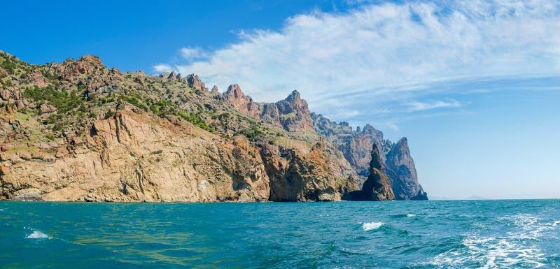 Küstenklippen des vulkanischen Ursprung gegen von von Meer und von Himmel stockfotos