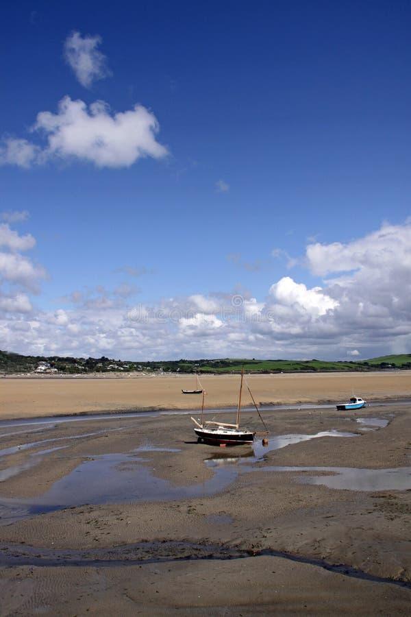 Küstenlandschaft der Boote und des blauen Himmels stockbilder