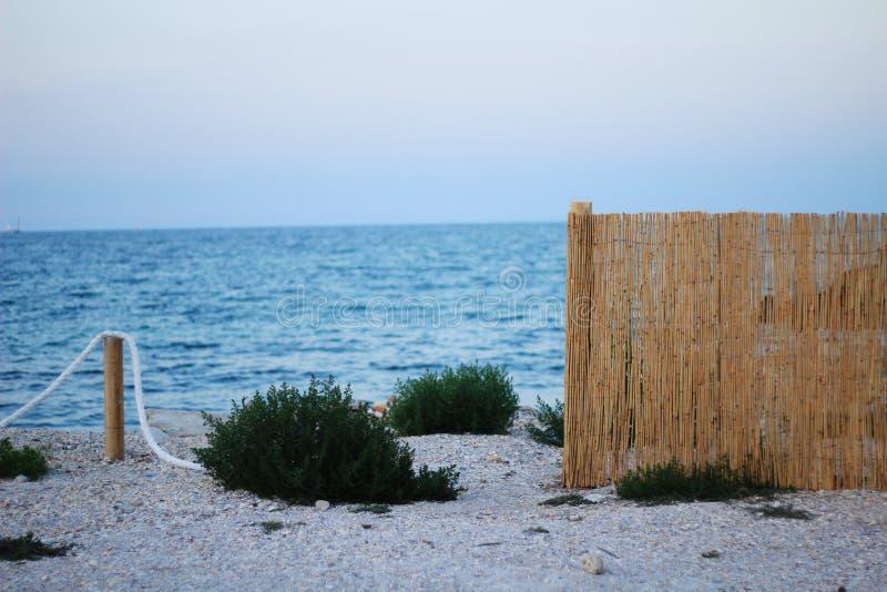 Küstenlandschaft an einem Sommerabend lizenzfreie stockbilder