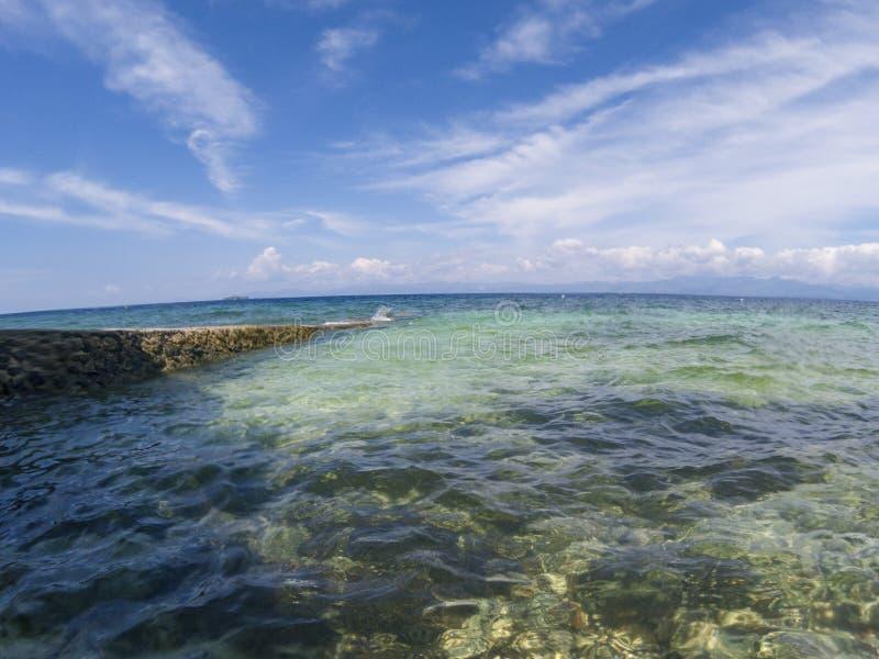 Küstenlandschaft in fisheye Linse, tropisches Küstenfoto Doppelte Landschaft des Türkisblau-Meerwassers und des blauen Himmels stockbild