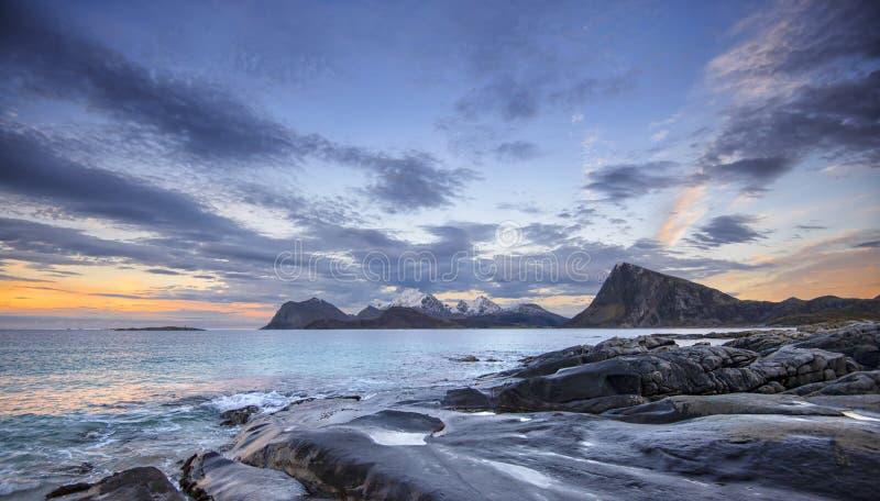 Küstenlandschaft von Lofoten-Inseln stockfotografie