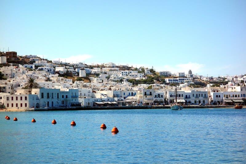 Küstenlinie in Griechenland durch das Wasser lizenzfreies stockfoto