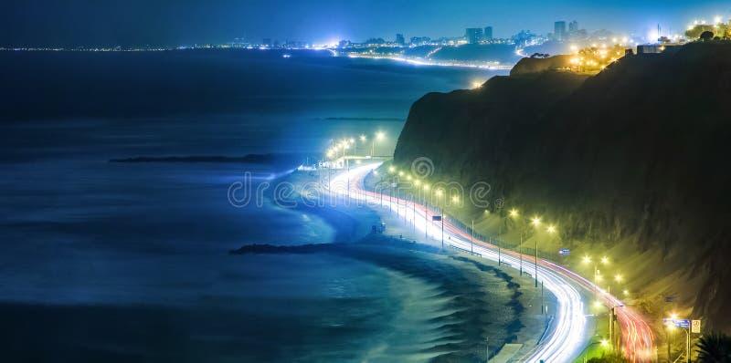 Küstenlinie nachts in Lima, Peru lizenzfreie stockbilder