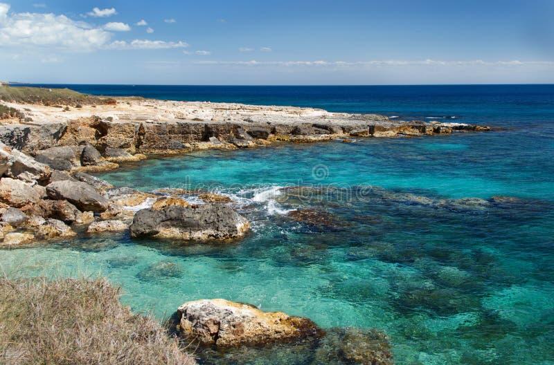 Küstenlinie nahe Otranto lizenzfreie stockfotos