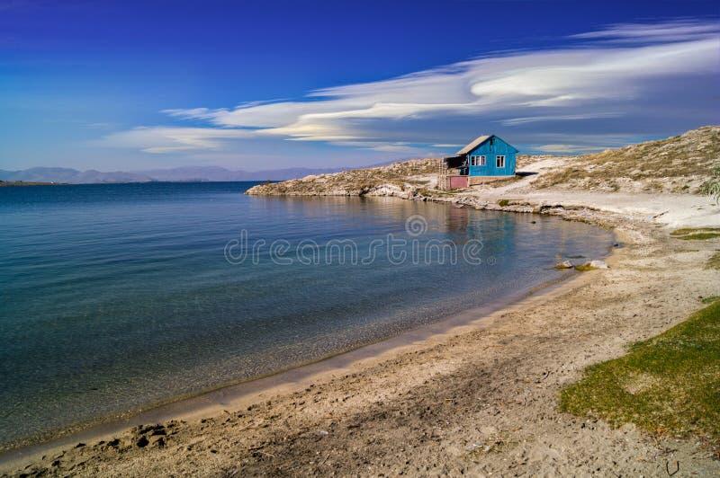 Küstenlinie am Sommertag lizenzfreie stockbilder