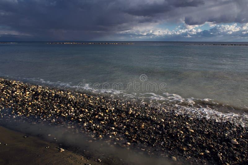Küstenlinie und Wolken über dem Meer lizenzfreie stockfotos