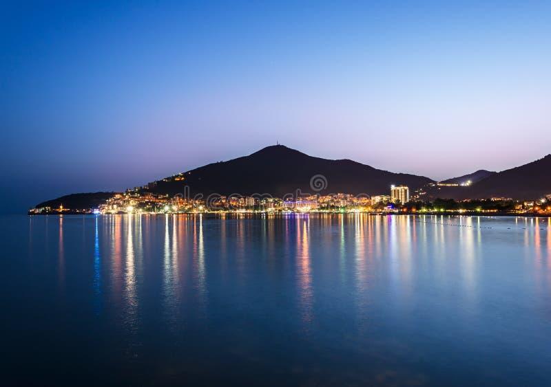 Küstenlinie von belichtetem Budva stockfoto
