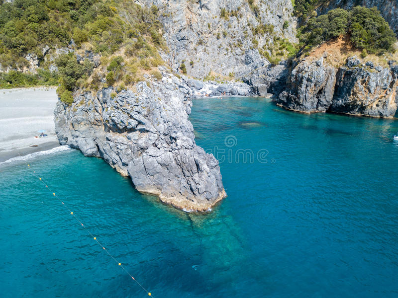 Küstenlinie von Kalabrien, von Buchten und von Vorgebirgen, die das Meer übersehen Italien Vogelperspektive, San Nicola Arcella stockbild