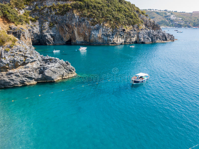 Küstenlinie von Kalabrien, von Buchten und von Vorgebirgen, die das Meer übersehen Italien Vogelperspektive, San Nicola Arcella stockfoto