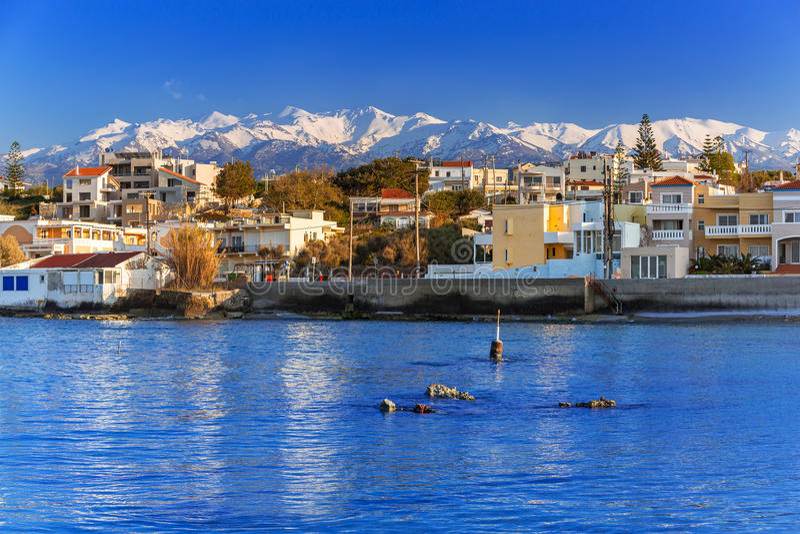 Küstenlinie von Kato Galatas-Stadt auf Kreta stockbilder