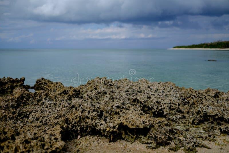 Küstenlinie von Taketomi-Insel stockfotos