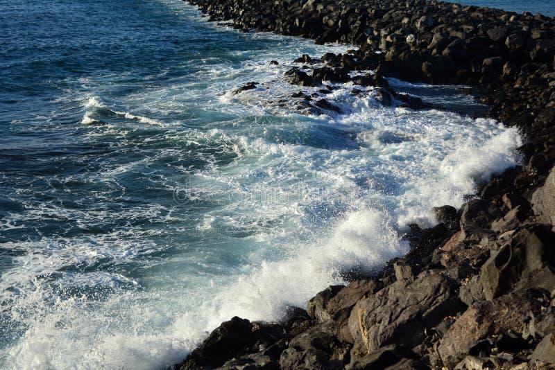 Küstenlinienszene mit Felsen und Meereswellen von Süd-Teneriffa Kanarische Inseln spanien stockfotografie