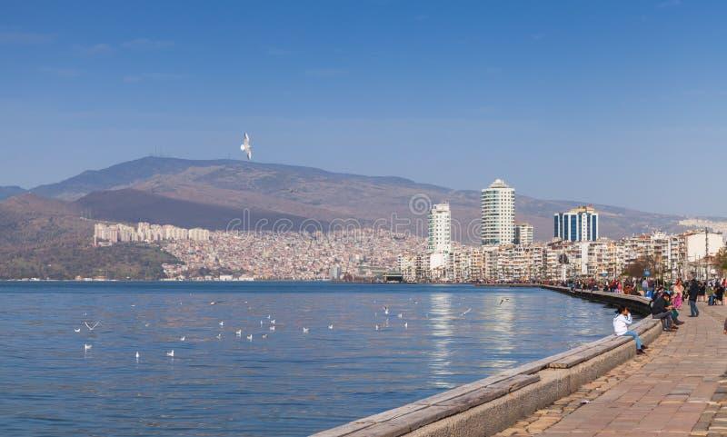 Küstenskyline von Izmir, die Türkei lizenzfreie stockfotos