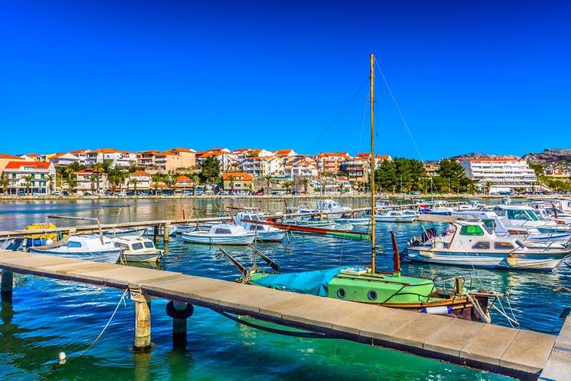 Küstenstadt Stobrec in Dalmatien, Kroatien lizenzfreie stockfotografie