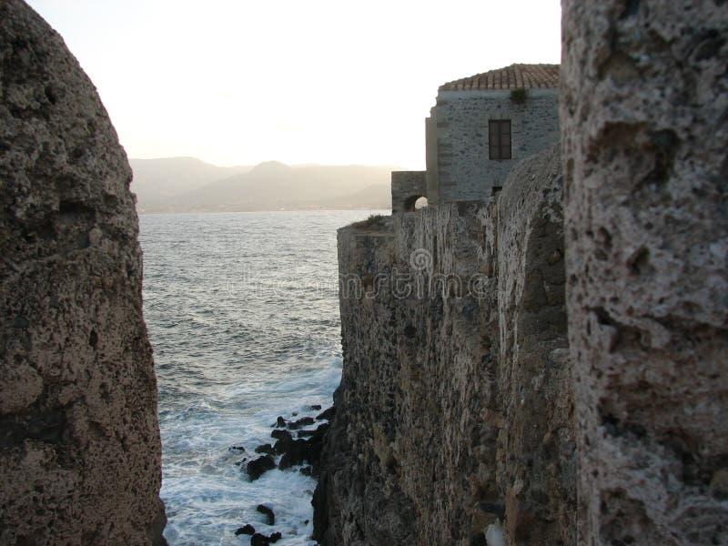 Küstenstadt an thee Fuß von Meer lizenzfreie stockfotografie
