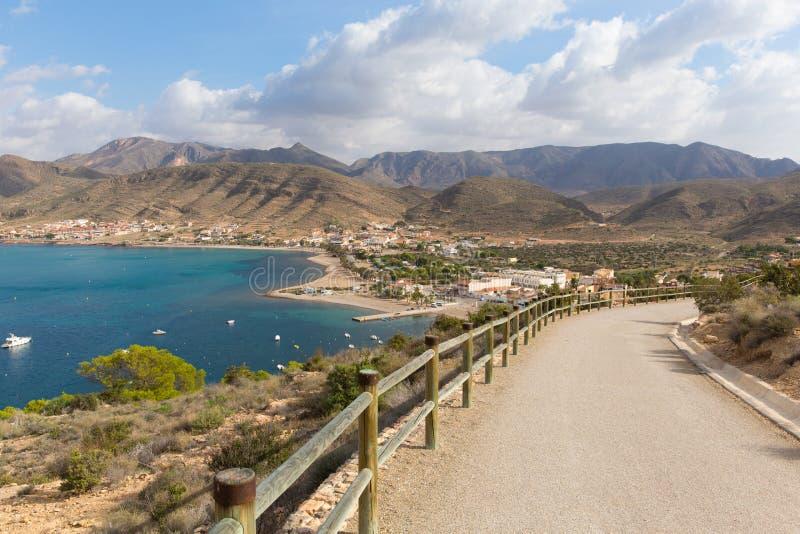 Küstenweg, der zu Torre De Santa Elena La Azohia Murcia Spain, auf dem Hügel über dem Dorf führt lizenzfreie stockfotos