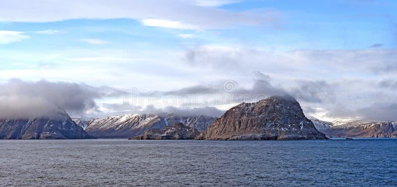 Küstenwolken in der hohen Arktis lizenzfreie stockfotos