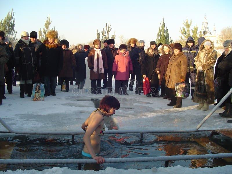 kąpać dziewczyny dziury lodu rzekę zdjęcia royalty free