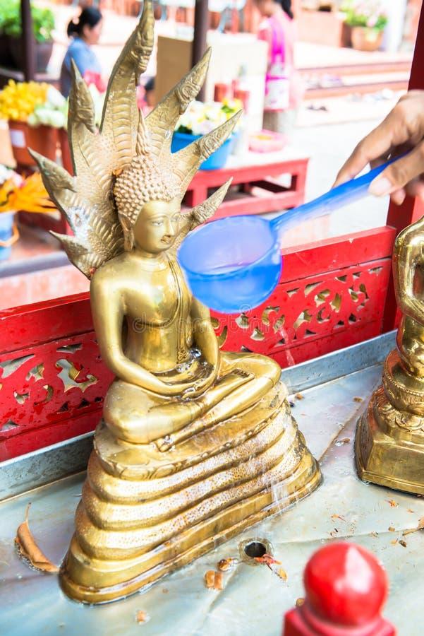 Kąpać się Buddha wizerunki w Tajlandia ` s Songkran festiwalu obrazy royalty free
