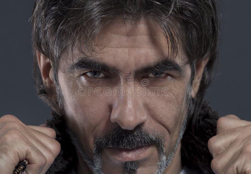 kąpać się rozochoconego włosy długo mężczyzna mokrzy potomstwa zdjęcia stock