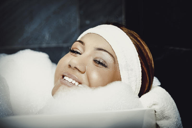 Kąpanie kobieta relaksuje w skąpaniu zdjęcia stock