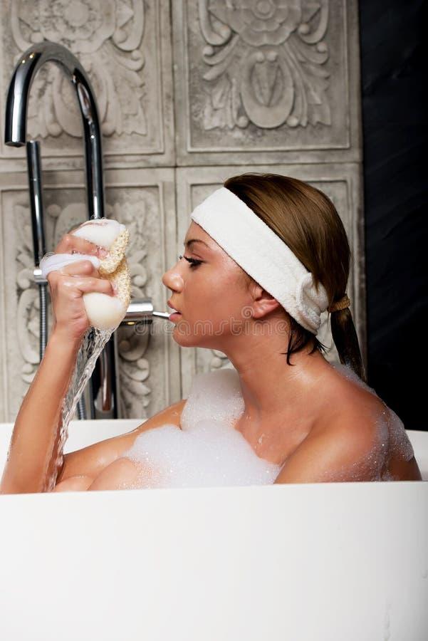 Kąpanie kobieta z gąbką zdjęcia royalty free