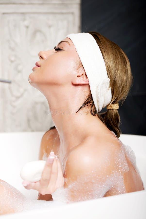 Kąpanie kobieta z mydłem zdjęcie royalty free