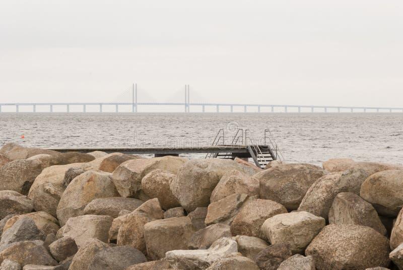 Kąpanie platforma przy Malmo Szwecja przed Oresund mostem obraz royalty free