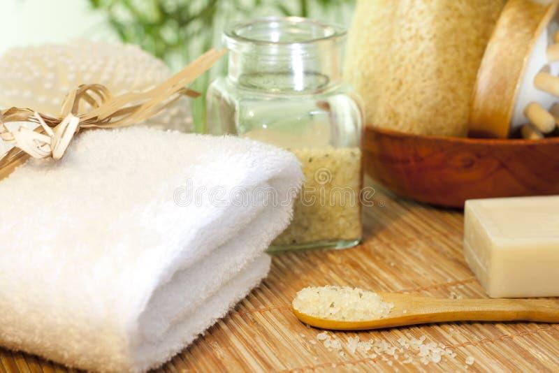 Kąpielowa sól i ręcznik na bambusie matujemy zdroju pojęcie zdjęcie royalty free