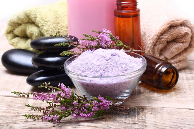 Kąpielowa sól, olej, ręcznik i kamienie, zdjęcia stock