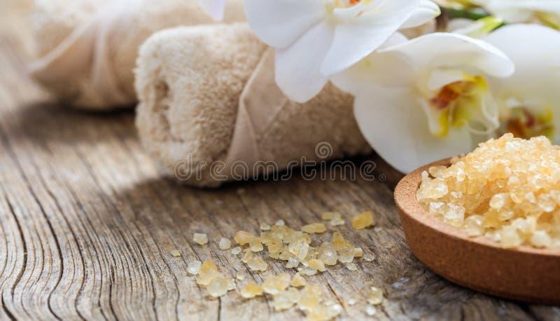 Kąpielowa sól, orchidea i ręczniki na stole, fotografia royalty free