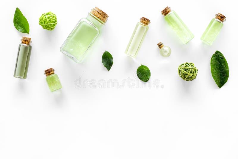 Kąpielowa sól w ziołowy kosmetycznym ustawiającym z herbacianą oliwką opuszcza na białej tło odgórnego widoku przestrzeni dla tek fotografia royalty free