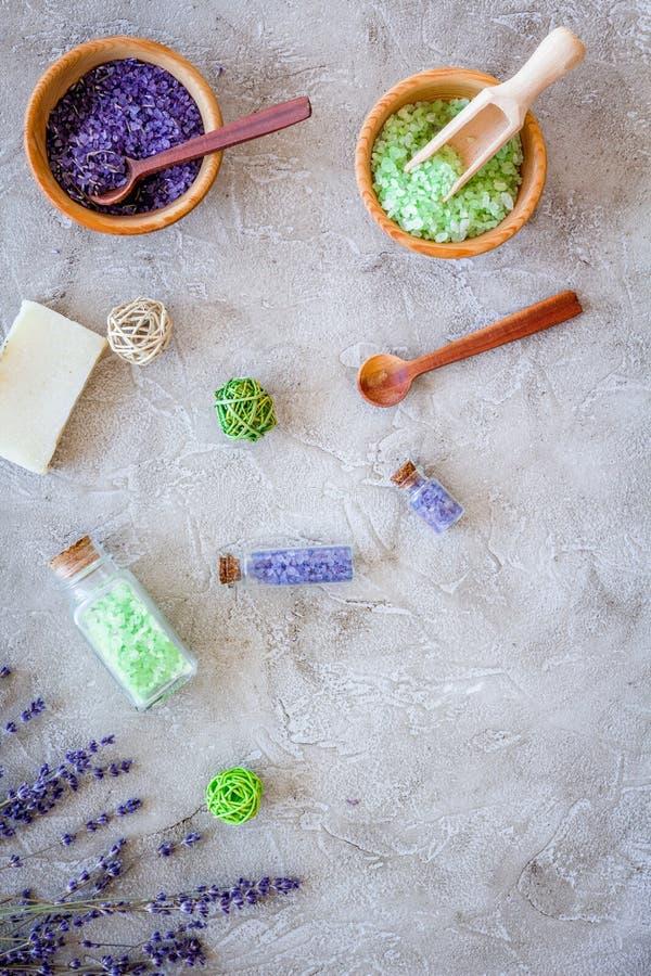 Kąpielowa sól w ziołowym kosmetyku z lawendą na kamiennej biurka tła odgórnego widoku przestrzeni dla teksta fotografia stock