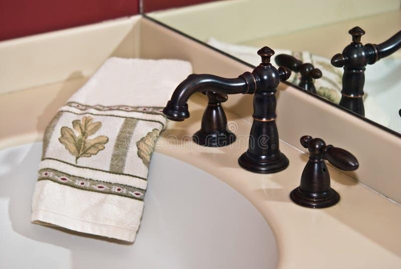 kąpielowego faucet nowożytny zlew ręcznik fotografia royalty free