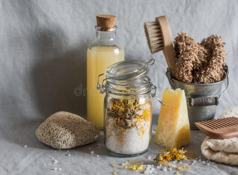 Kąpielowi akcesoria - domowej roboty morze sól z calendula, naturalny szampon, muśnięcie, washcloth, pumice, domowej roboty owsa  fotografia stock