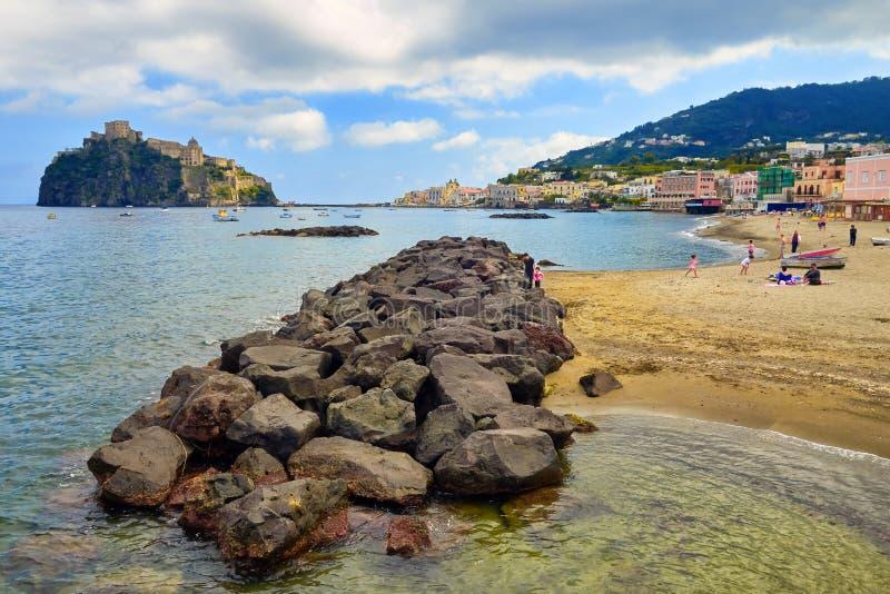Kąpielowicze na plaży Ischia z Aragonese Roszują w tle zdjęcia royalty free